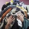 Dai cassonetti al recupero, la filiera non sempre virtuosa degli abiti usati