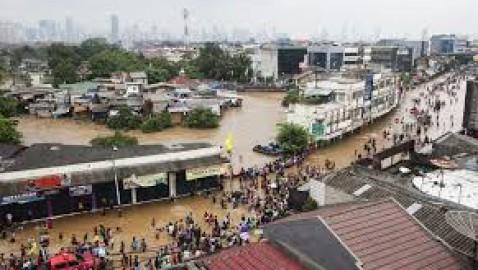 Almeno 30 morti e 30.000 sfollati nelle inondazioni di Capodanno a Jakarta